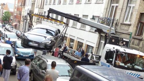 Accident neobișnuit între o Tesla și o Dacia Logan