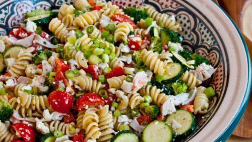 Reţeta zilei: Salata greceasca cu paste