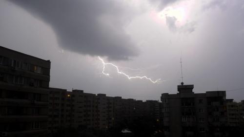 Cod portocaliu de ploi torenţiale în patru judeţe din Moldova; Cod galben de furtună în 24 de judeţe, până duminică seara