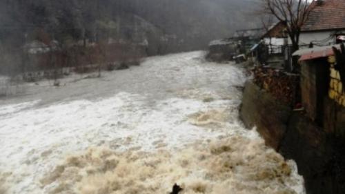 Alertă hidrologi! Cod portocaliu de inundaţii pe râurile Olt şi Topolog, până la ora 12:00