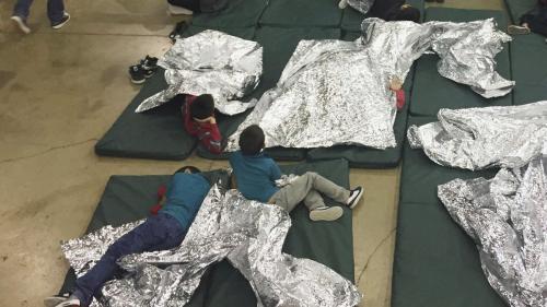 În aprilie, 2.000 de copii au fost despărțiți de părinți în SUA, la granița cu Mexic