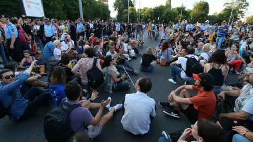 Mii de oameni protestează în Sibiu, Cluj-Napoca, Timişoara şi Iaşi; la Bucureşti, peste 4.000 de persoane în Piaţa Victoriei