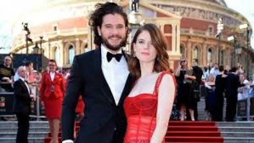 """Actorii Kit Harington şi Rose Leslie, cunoscuţi din serialul """"Game Of Thrones"""", s-au căsătorit în Scoţia"""