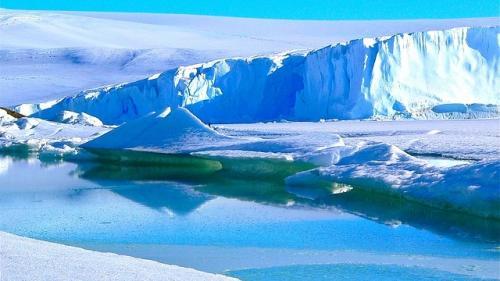 VIDEO IMPRESIONANT: Un iceberg urias se rupe de Groenlanda