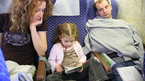 10 reguli de aur pentru părinții care călătoresc cu avionul împreună cu copiii
