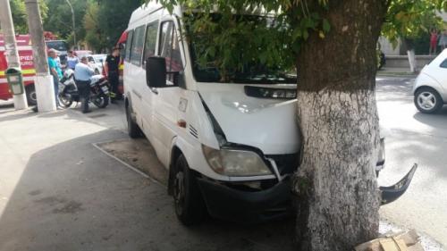 Accident GRAV cu un microbuz in Capitală. S-a oprit într-un copac