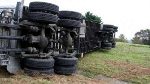 Alertă la Craiova! O cisternă încărcată cu motorină s-a răsturnat pe DJ 561