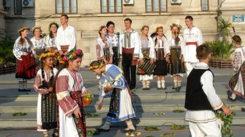 """Zeci de artişti şi ansambluri folclorice participă la Festivalul """"Tradiţiile verii"""""""