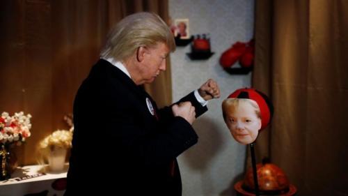 Trump boxează cu Merkel la muzeul figurilor de ceara din Berlin
