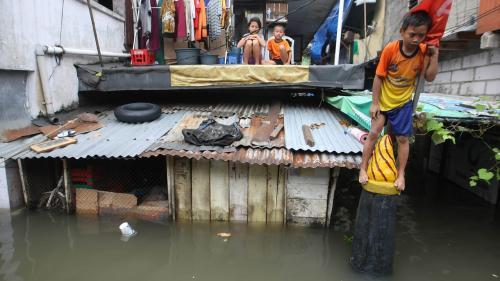 De ce se scufunda Jakarta