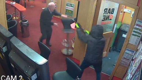 VIDEO - Un bunic de 84 de ani a pus pe fugă o bandă de hoți înarmați