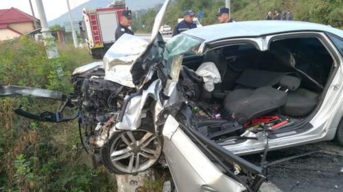 Tragedie din cauza unui smartphone. O şoferiţă de 33 de ani a intrat cu mașina pe contrasens într-un TIR. A murit pe loc