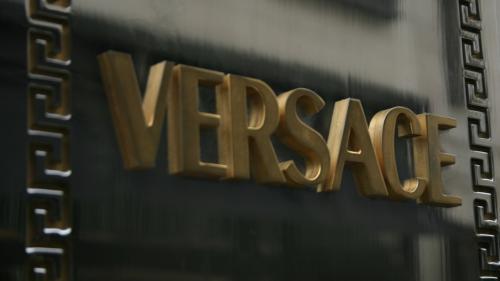 Casa de modă Versace va fi vândută