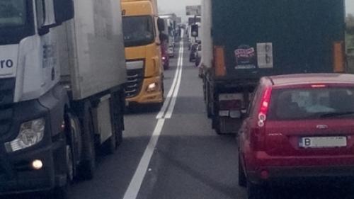 Atenţie şoferi! Coadă de tiruri pe câţiva kilometri la trecerea frontierei Giurgiu-Ruse