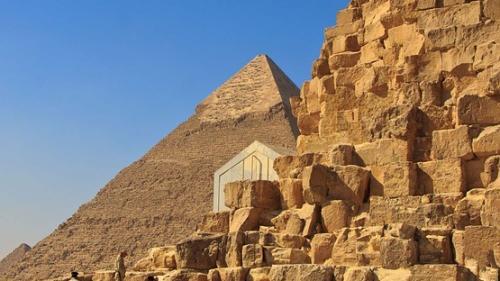 """Ruinele unei """"clădiri antice imense"""", descoperite la sud de Cairo"""