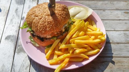 Mâncarea de tip fast food creşte predispoziţia la depresie (studiu)
