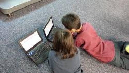 Copiii care petrec multe ore în fața calculatorului sunt predispuși la consumul de alimente de tip fast food