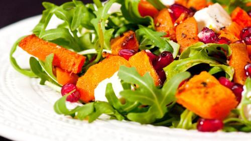 Un deliciu: Salată cu dovleac și rucola
