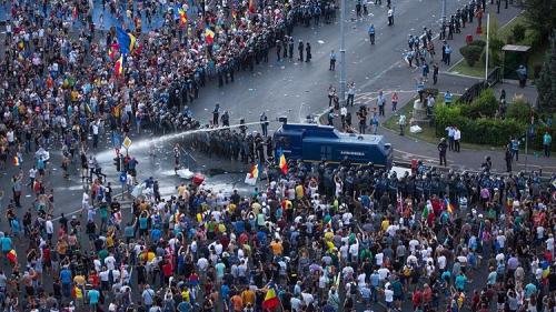 Protestatari implicaţi în violenţele de la mitingul din februarie 2017 împotriva OUG 13, condamnaţi la închisoare