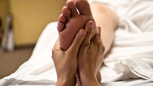 Masajul la picior, cheia către inima partenerului