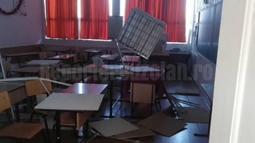 Tavan PRĂBUŞIT peste elevi, într-o clasă din Buzău