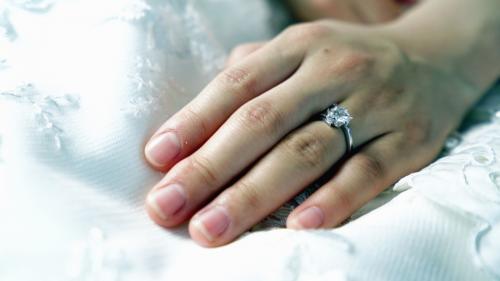 Un bărbat și-a cerut din greșeală iubita, cu inelul cumpărat pentru amanta sa