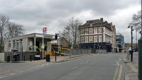 Un băiat de 15 ani a fost împușcat în piept în Londra