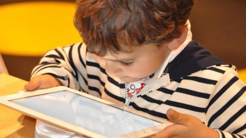 Cât timp ar trebui lăsați copiii mici în fața ecranelor?