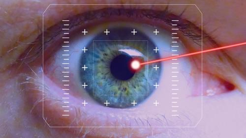 Operaţie cu laser nereuşită. Probleme mari de vedere pentru un tânăr care a optat pentru operaţia cu laser