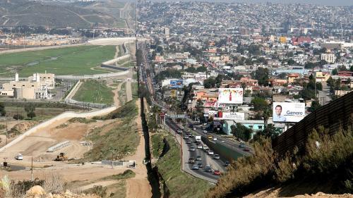 8 milioane de dolari pentru zidul de la granița cu Mexicul