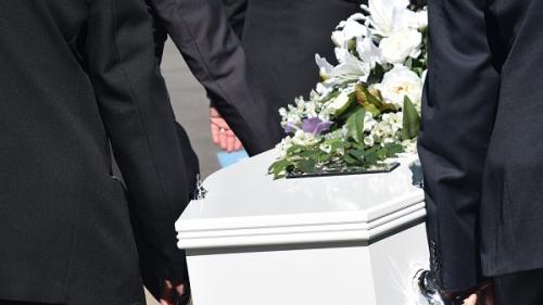 Ce reguli teebuie să respecți atunci când îți înmormântezi rudele. Iată ce amenzi poţi primi dacă nu le respecţi!