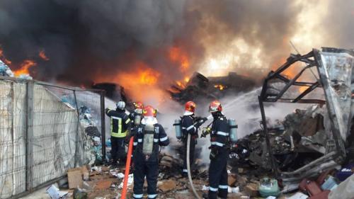 Incendiu la un punct de colectare-reciclare autoturisme din Voluntari. Pompierii au intervenit cu 18 autospeciale