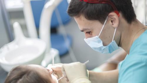 4 din 10 români n-au trecut pe la dentist în 2018