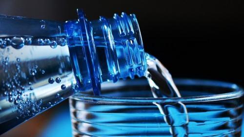 Tu știi ce apă trebuie să bei? Apa de la robinet vs apa îmbuteliată.