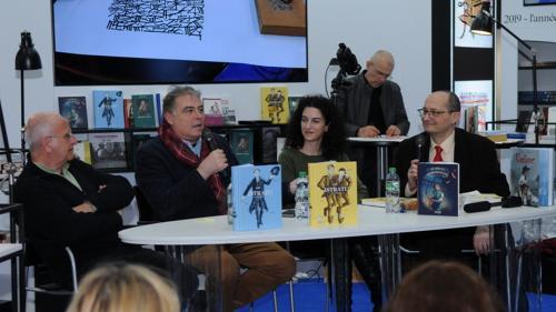 Marele public şi scriitori, îndrăgostiţi de lectură şi-au dat întâlnire la Standul României de la Paris