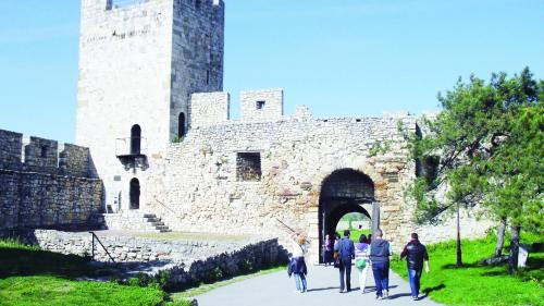 Între cetăţile solemne, gastronomie şi drumul vinului, în Serbia
