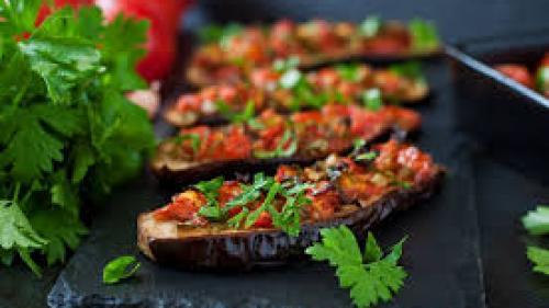 Reţeta zilei: Vinete la cuptor, cu roşii, ardei iute şi usturoi