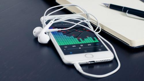 Crezi că telefonul mobil îți este ascultat? Iată cum poți afla dacă este adevărat sau nu!