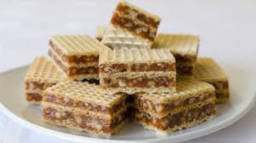 Reţeta zilei: Prăjitură cu foi de napolitană și cremă cu nuci și biscuiți