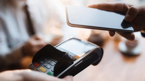 Adio cash şi card! Plăteşti la magazin cu telefonul