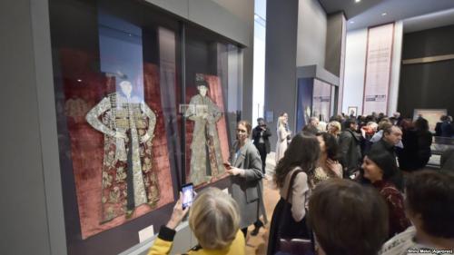 Expoziţia ''Broderii de tradiţie bizantină din România'' - inaugurată la Luvru, în prezenţa Custodelui Coroanei