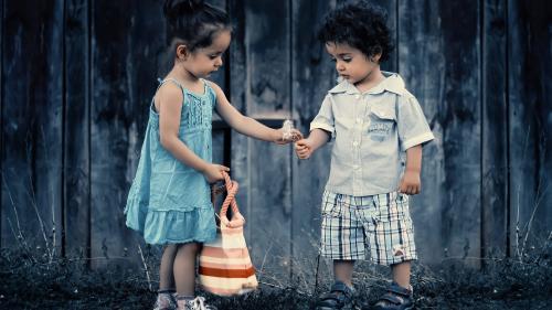Cum creştem copii generoşi