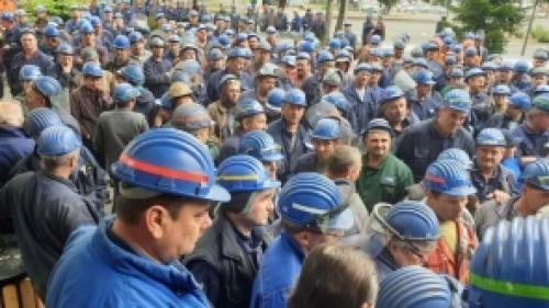 Grevă la Astra Rail dinArad. Sute de angajaţi au ieşit în faţa fabricii