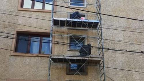 Tragedie în Argeş. Un bărbat a căzut de la etajul al cincilea al unui bloc