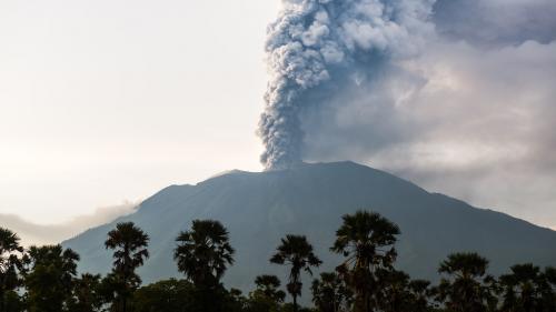 Vulcanul Agung a erupt din nou; mai multe zboruri au fost anulate