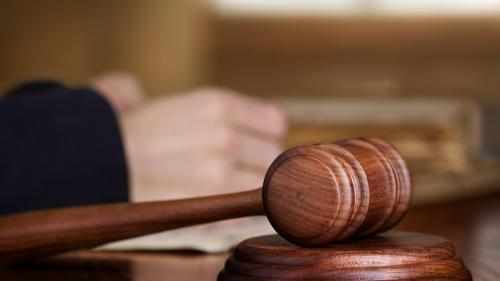 O femeie din Cluj a fost condamnată la închisoare cu suspendare pentru relaţii sexuale cu un minor