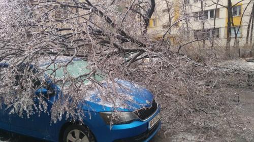 Vremea a făcut ravagii în Caraş-Severin: Maşini avariate şi acoperişuri desprinse de vijelie