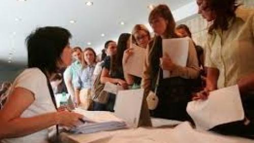 Absolvenţii instituţiilor de învăţământ în vârstă de minimum 16 ani pot beneficia de o indemnizaţie de şomaj