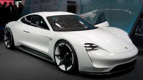 Porsche a început producţia primului său model exclusiv electric, Taycan