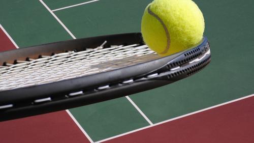 Tenis în ajutorul celor defavorizaţi